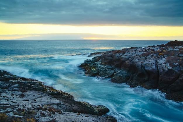 Bella vista dalla scogliera della montagna verso l'oceano con cielo blu e nuvole