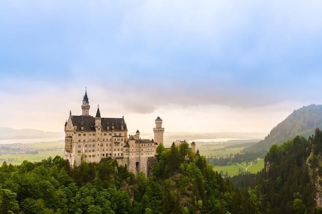 Bella vista del castello romantico di füssen, germania, luogo famoso del punto di riferimento della destinazione di neuschwanstein