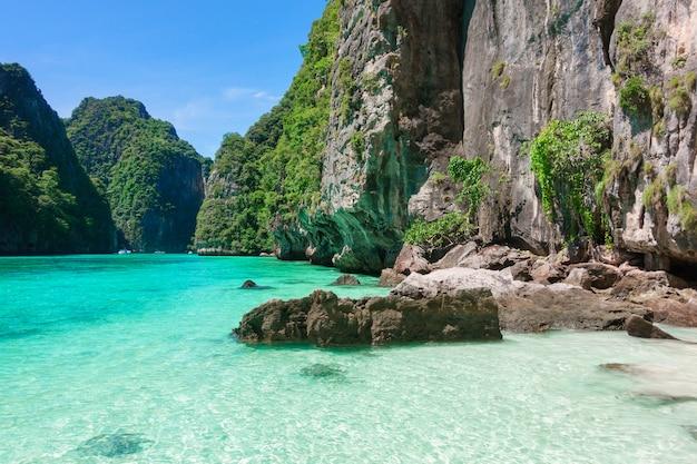 Bella vista del paesaggio della spiaggia tropicale, mare color smeraldo e sabbia bianca contro il cielo blu, maya bay nell'isola di phi phi, thailandia