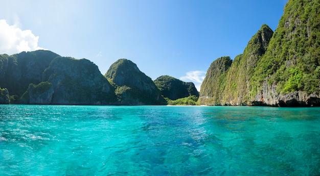 Bella vista del paesaggio della spiaggia tropicale, mare color smeraldo e sabbia bianca contro il cielo blu, maya bay nell'isola di phi phi, thailandia.