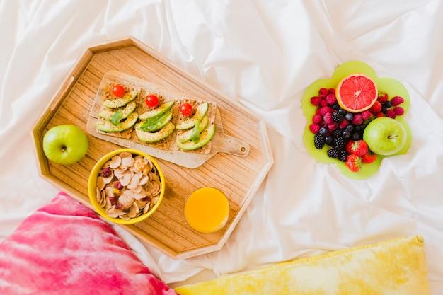 Bella vista del pasto salutare sul letto