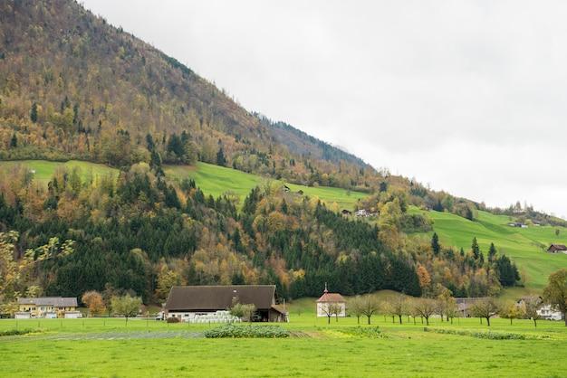 Bella vista del villaggio e della montagna della campagna all'autunno a engelberg, svizzera