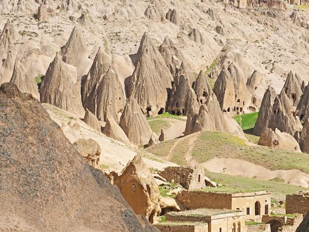 Bella vista dell'architettura storica del monastero di formazione scavata in roccia in selime, cappadocia, turchia.