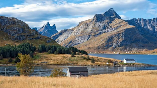 Bella vista della casa e della montagna norvegesi nelle isole lofoten, norvegia