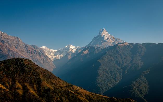 Bella vista della gamma sud della montagna annapurna da ghandruk, nepal.