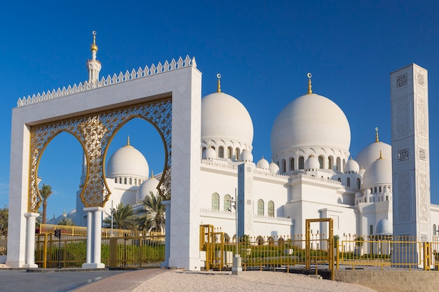 Bella vista della grande moschea dello sceicco zayed, emirati arabi uniti
