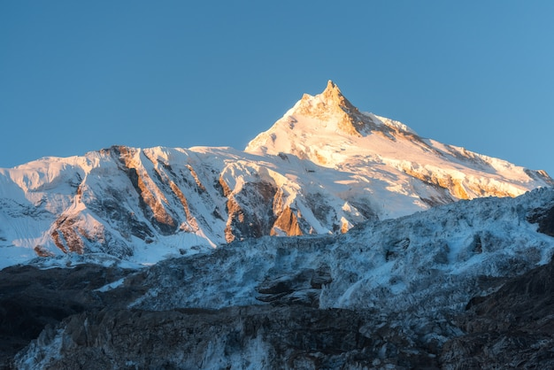 Bella vista della montagna innevata ad alba variopinta nel nepal