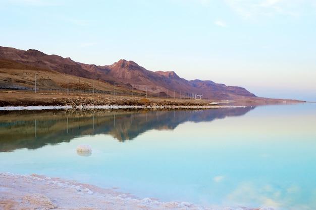 Bella vista della riva del mar morto salato con acqua limpida. ein bokek, israele.