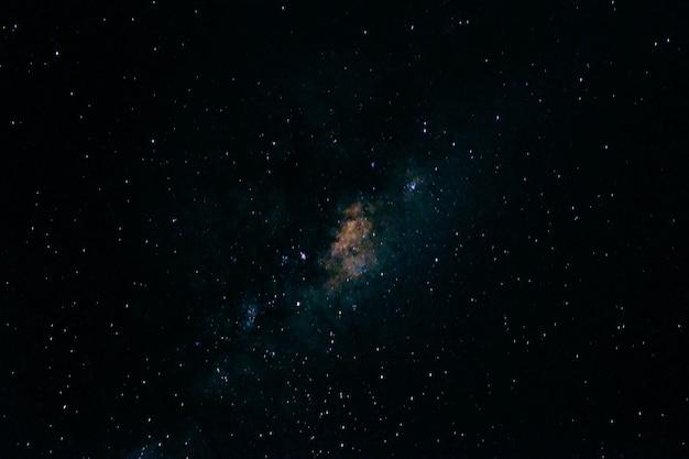 Bella vista delle stelle nel cielo notturno