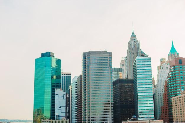 Bella vista di new york dal ponte di brooklyn al tramonto