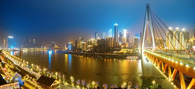 Bella vista di notte della città a chongqing, cina