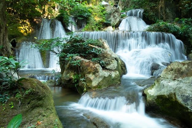Bella vista di pha tak waterfall, parco nazionale khao laem nella provincia di kanchanaburi,