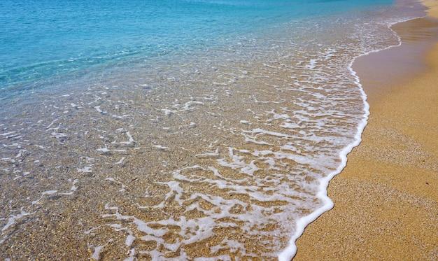 Bella vista panoramica della baia della spiaggia di lia a mykonos