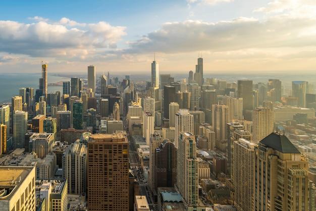 Bella vista scenica del distretto aziendale del ciclo di chicago con orizzonte alla luce solare di sera. vista panoramica aerea vista dall'alto o drone architettura vista della città. famosa attrazione a chicago, negli stati uniti.