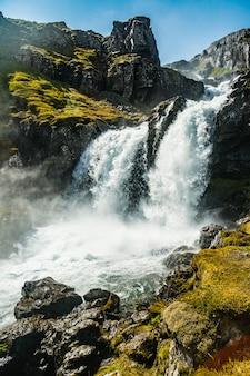 Bella vista su una montagna vicino alla cascata di klifbrekkufossar