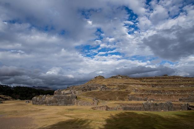 Bella vista sui campi erbosi e sulle scogliere sotto le incredibili nuvole nel cielo