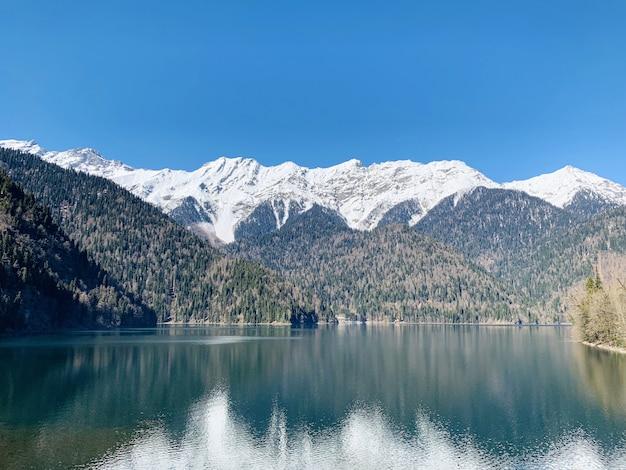 Bella vista sul bellissimo lago e sulle montagne
