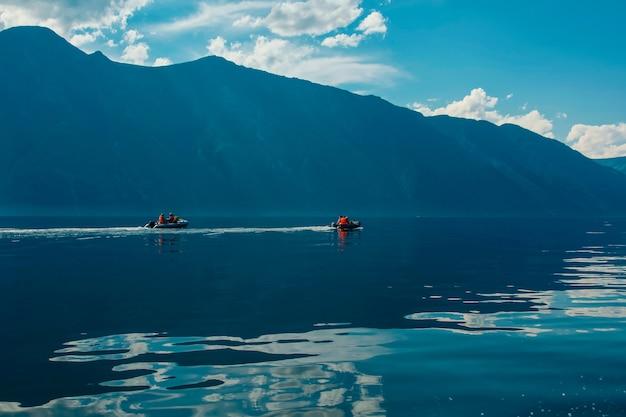 Bella vista sul lago di montagna e sulle montagne in estate