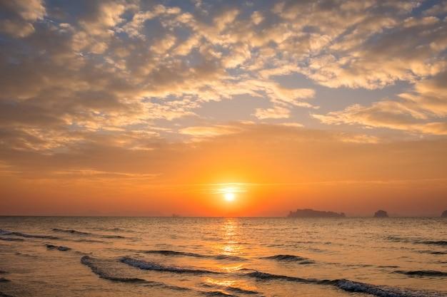 Bella vista sul mare calmante durante il tramonto