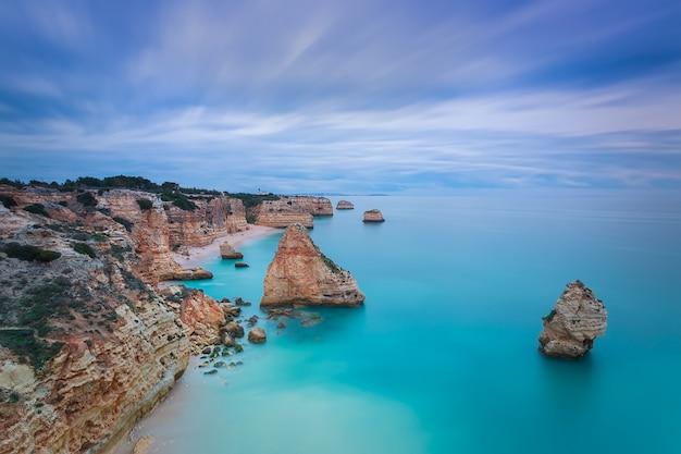Bella vista sul mare con irreali colori blu cielo. portogallo, algarve.