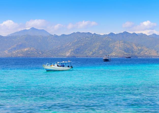Bella vista sul mare con isola