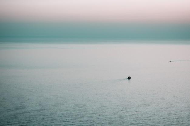Bella vista sul mare d'estate. tramonto. mar mediterraneo.