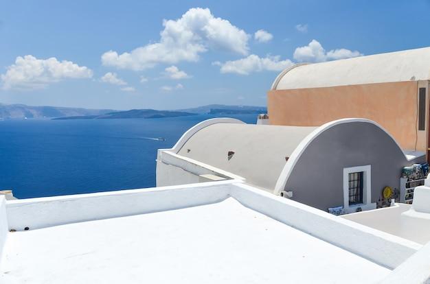 Bella vista sul mare dalle montagne di santorini