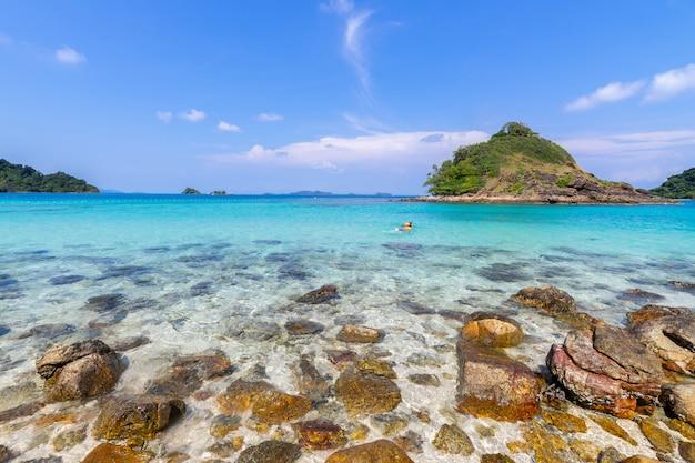 Bella vista sul mare dell'isola di koh chang di vista della spiaggia alla provincia di trad orientale della tailandia sul fondo del cielo blu