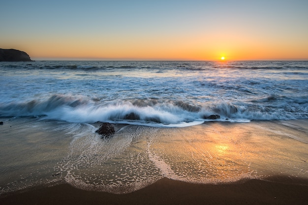 Bella vista sul mare della costa occidentale dell'oceano pacifico durante il tramonto