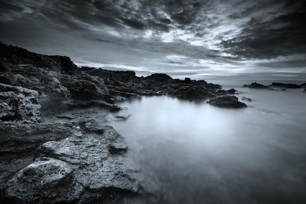 Bella vista sul mare monocromatica naturale