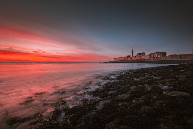 Bella vista sul mare sotto il bel cielo colorato catturato a vlissingen, paesi bassi