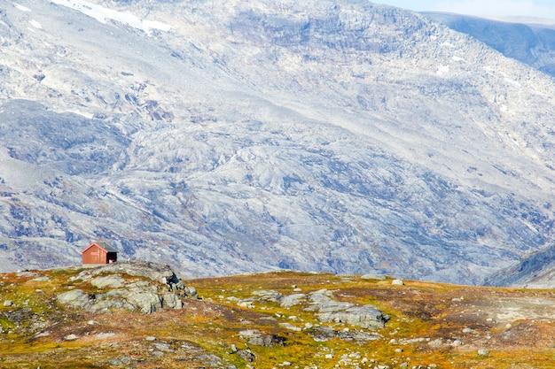 Bella vista sul paesaggio montano di stalheim con un fienile rosso in primo piano, norvegia colorato