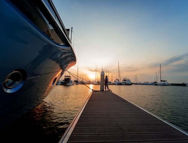 Bella vista sul porto turistico e sul porto con yacht e barche a motore. tramonto sull'oceano.