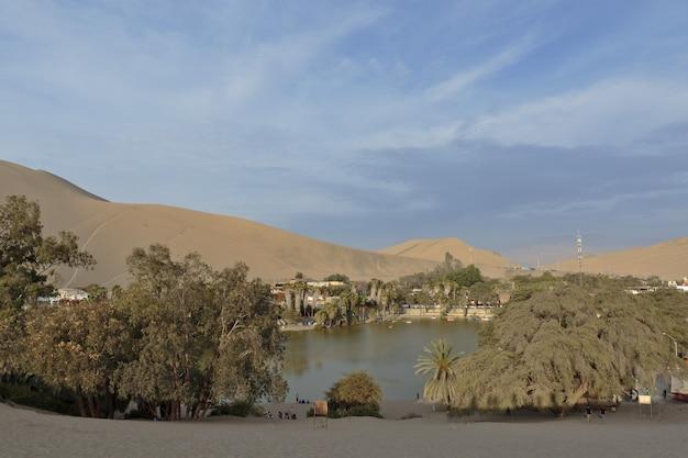 Bella vista sull'oasi di huacachina