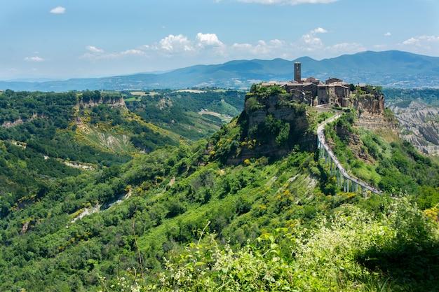 Bella vista sulla famosa città morta di civita di bagnoregio, italia