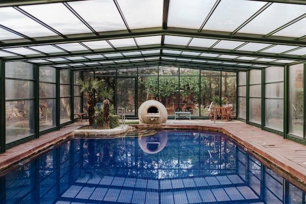 Bella vista sulla piscina coperta con acqua blu. estate, stile di vita al chiuso