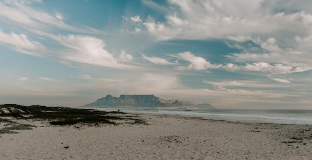 Bella vista sulla spiaggia e sul mare