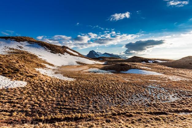 Bella vista sulle montagne alpine. nord italia, paesaggio