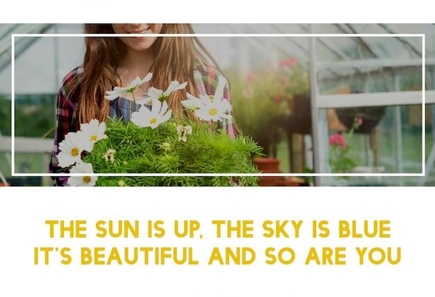 Bella vita della donna che fa il giardinaggio in natura