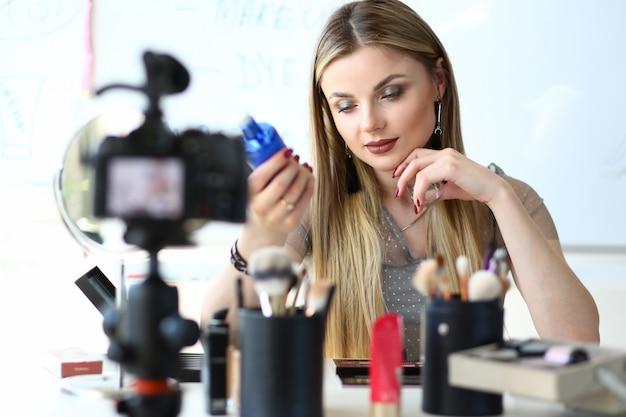 Bella vlogger fa la recensione del prodotto beauty makeup
