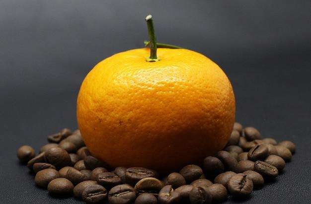 Belle arance, chicchi di caffè, servizio fotografico