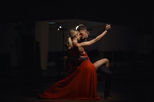 Belle ballerine appassionate che ballano