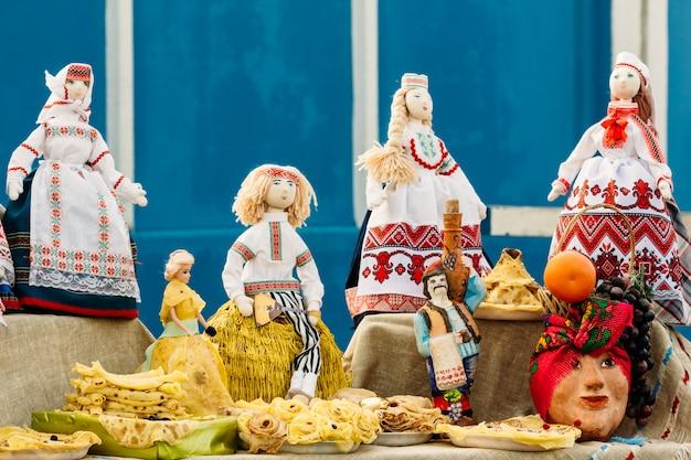 Belle bambole di pezza folk dalla bielorussia. souvenir
