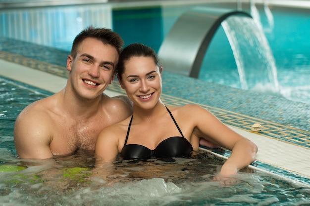 Belle coppie amorose che si rilassano insieme in una vasca della jacuzzi