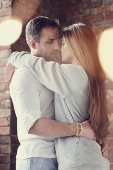 Belle coppie che abbracciano e baciano