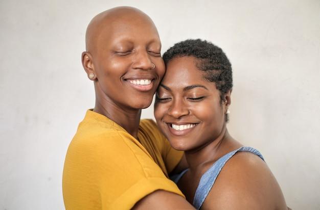 Belle coppie che abbracciano e coccole