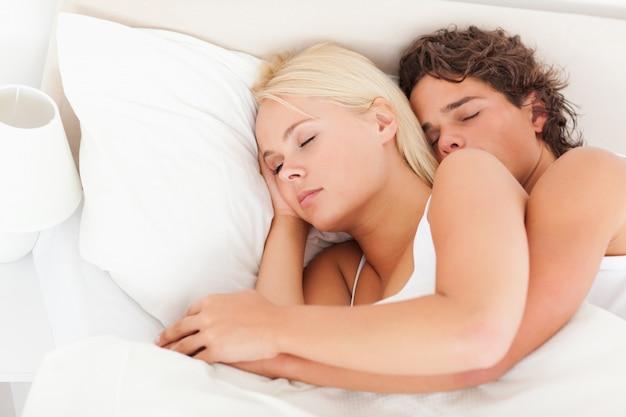 Belle coppie che dormono