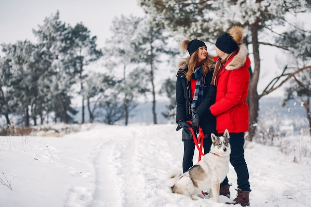 Belle coppie che giocano con un cane