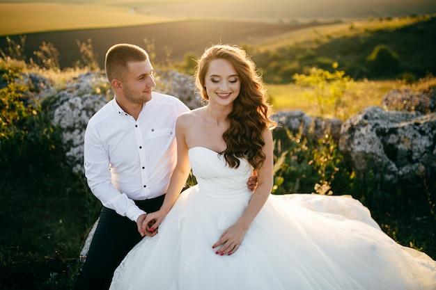 Belle coppie che posano sul loro giorno delle nozze