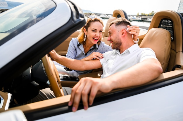 Belle coppie che ridono in macchina